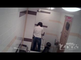 Писающие девушки в общественном туалете - длинное видео
